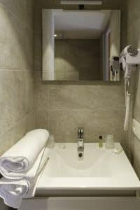 Chambre familiale salle de bain 2